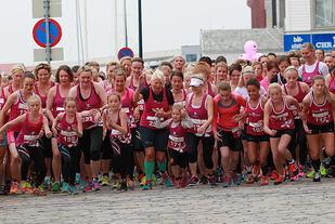 Start: Unge, litt eldre og godt voksne damer løper avsted i fjorårets Irongirls. (Foto: Kjell Vigestad)