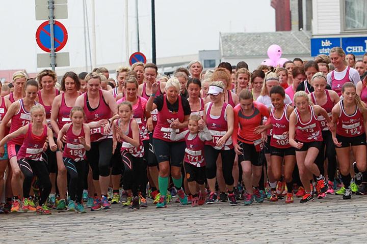 Start: Unge, litt endre damer og godt voksne damer løper avsted i fjorårets Iron Girks. (Foto: Kjell Vigestad)