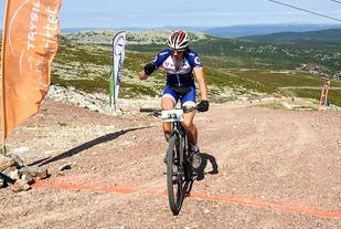 Anders Fiskvik først over målstreken på toppen av Trysilfjellet søndag. (Foto: Martin Lutnæs)