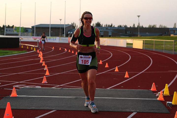 Hilde Johannessen vinner den første ionnlagte maratonkonkurransen på Jessheim 6-dagers. Foto: Bjørn Hytjanstorp