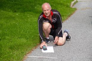 Sigbjørn Lerstad måler, regner ut og kontrollerer løypen i Ålesund Maraton