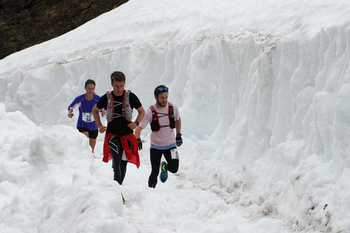 Rallarvegsløperne fikk slite med enormt mye snø i fjor, og løpet måtte forkortes (foto: Runar Gilberg).