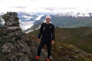 Johan Bugge på toppen av Mefjellet. Johan rakk både å kle på seg og ta til seg næring før neste mann dukket opp. Foto: Oddbjørn Hoel