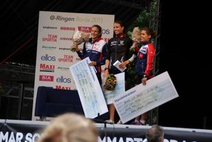 Anne Margrethe Hausken Nordberg på toppen av seierspallen foran sveitsiske Simone Niggli og  Elena Roos etter sprinten i Borås. (Foto: Stein Arne Negård)