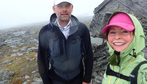 Tåken ankom toppen av Storhornet et par minutter før Morten Eirik Engelsjord og meg, og den ble der helt til vi var godt i gang med å gå ned igjen. Langt nok til at vi ikke orket å gå opp igjen.
