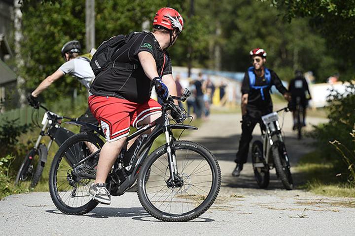 Det var i starten litt forvirring om hvor løypa gikk for el-syklistene, men etter en liten snuoperasjon kom deltagerne på rett spor igjen. (Foto: Bjørn Johannessen)