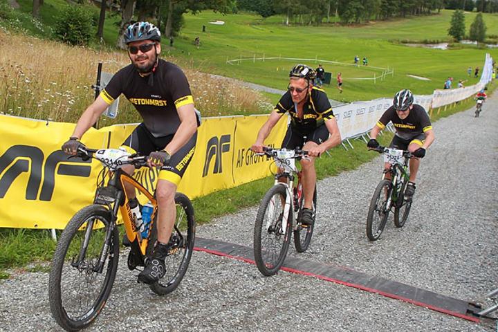 Tre arbeidskamerater fra Betonmast på vei mot en bedre startpulje i Grenserittet. (Foto: Kjell Vigestad)