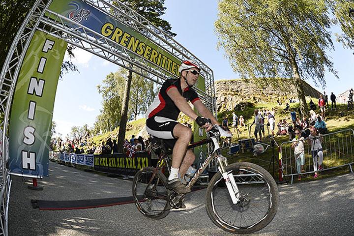4606 personer fikk oppleve hvordan det var å krysse målstreken på Fredriksten Festning etter å ha tilbakelagt åtte mil på sykkel fra Strømstad. (Foto: Bjørn Johannessen)