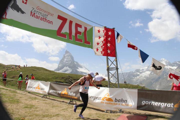 Karl Oskar går i mål på Zermatt fjellmaraton