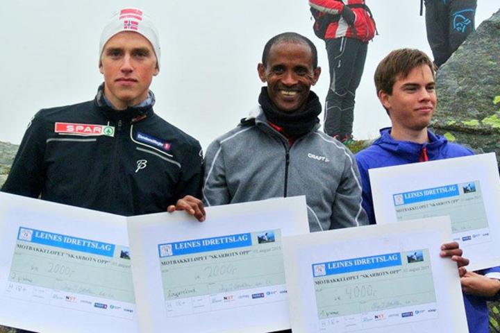 Vinnere i herreklassen.  Tesfayohannes Mesfin (i midten) vant på ny løyperekord foran Eirik Solvang (til venstre) og August Nordeng (til høyre). (Alle foto: arrangøren)