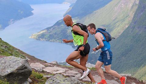 Johan Bugge og Joseph Gray har vært i tet siden starten på Tjugen og har vekslet på å dra til de her har løpt 5 km og er på ca. 1050 meters høyde. Men nå er det  Joseph Gray som er i føringen og fra 1300 moh drar han fra. (Foto: Ole Arne Schlytter)