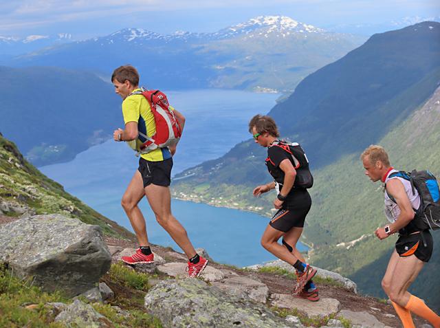 Flott utsikt: Vi ser langt utover fjord, fjell og breer både underveis i løpet og på toppen. (Foto: Ole Arne Schlytter)