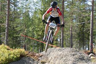 Regionmesteren i klasse M13-14, Jonas Vika fra  Brumunddal SK, i et luftig svev på Gåsbu. (Foto: Stein Arne Negård)