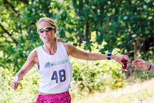Viviana Hiis inntok væske underveis og vant Vegårshei Halvmaraton. (Foto: Håvard Smeland)