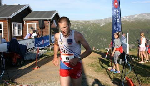 Emil Wingstedt går i mål som vinner av fredagens ekstremløp, dagen etter vant han ultraløpet og med 2. plass på motbakkeløpet ble det seier i trippelen (foto: Nils Hætta)