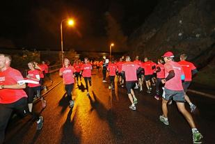 Stemningsbilde fra Midnattsloppet i Göteborg som går i en 10 km lang og forholdsvis kupert løype med start og mål i parkområdet Slottsskogen (Arrangørfoto).