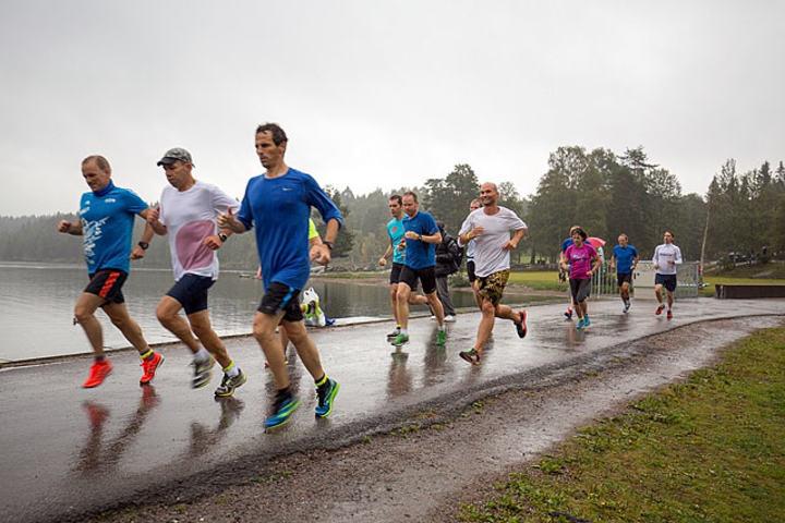 Vått men gode løpsforhold under det 429. Sognsvann Rundt Medsols som ble arrangert onsdag. Foto: Jørgen Lindalen