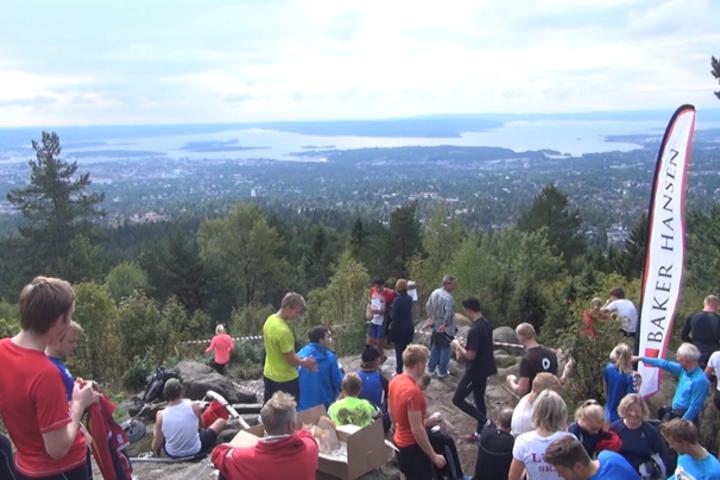 Arrangøren lover kanelbolle fra denne utsikten på toppen av Vettakollen etter målgang.