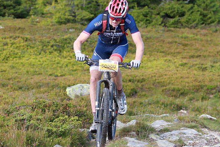 Etter 90 km: Ola Kjøren leder med 6 minutter på vei opp på Nevelfjell. (Foto: Kjell Vigestad)