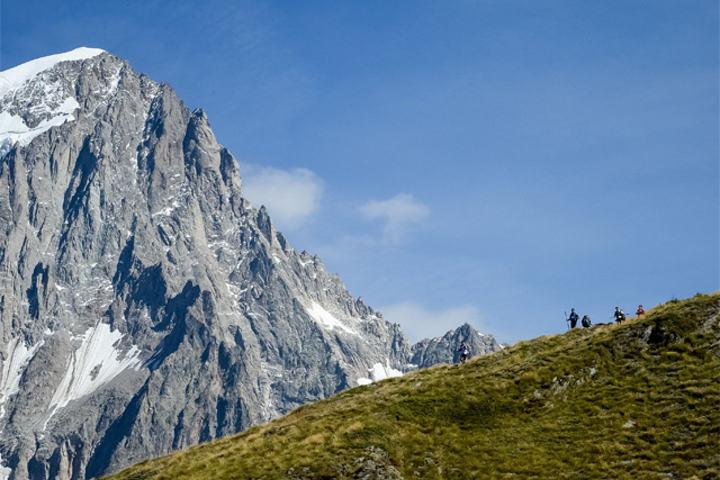 Naturen som møter løperne i Ultra-trail du Mont Blanc er mektig. I år har fjella vært bada i solskinn. (Foto: Ultra-Trail du Mont-Blanc® - Pascal Tournaire