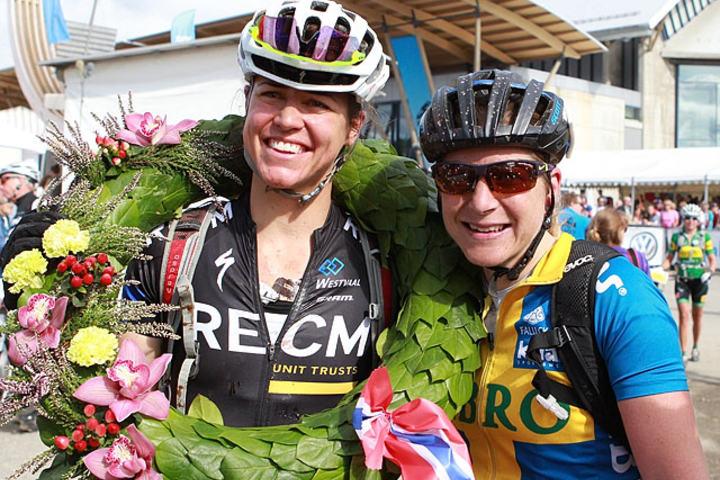 Damer elite: Sveitsiske Ariane  Kleinhans med seierskransen og svenske Jennie Stenerhag ble nr. 1 og 2 etter en tøff duell inn mot mål. (Foto: Kjell Vigestad)