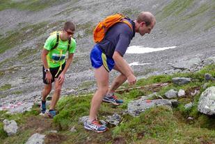 Harald Birkeland Larsen (bak) og Are Uran følgte hverandre tett under heile løpet og de var også likt i mål