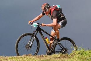 Fjorårsvinner: 23 år gammel vant Carl Fredrik Hagen foran langt mer merriterte syklister. Her i siste bakken rett før mål. (Foto: Kjell Vigestad)