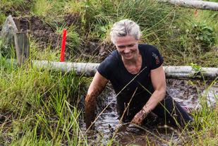 Vinner av kvinneklassen i Over stokk og stein 2015, Gro Langstøyl Ulstein under et av grøftehindra. Foto: Einar Fannemel