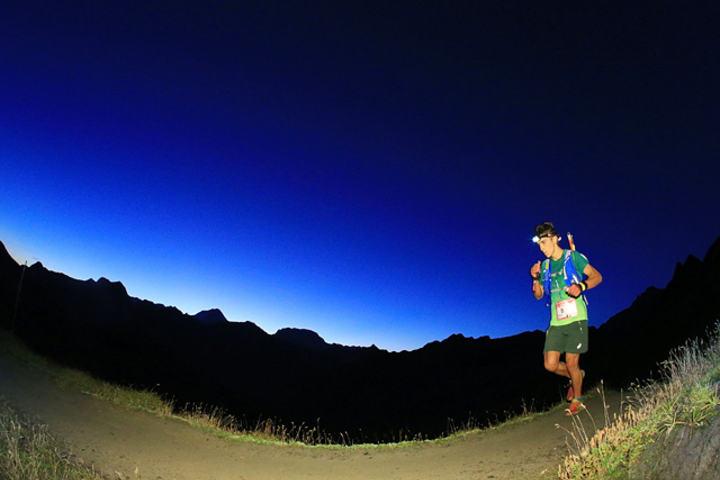 Xavier Thevenard løp fort både gjennom natta og dagen og tok sin andre seier i Ultra-trail Mont Blanc. (Foto: Ultra-Trail du Mont-Blanc® Franck Oddoux)