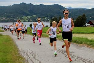 De raskeste på startflata, nr 16 Thomas Syrstad, Løkken If/Høgtun, nest beste tid i mål, nr 54 Thomas Flemmen, Team Stredet 3. beste tid, vinner Ola Aspås ligger i rygg på nr 54.