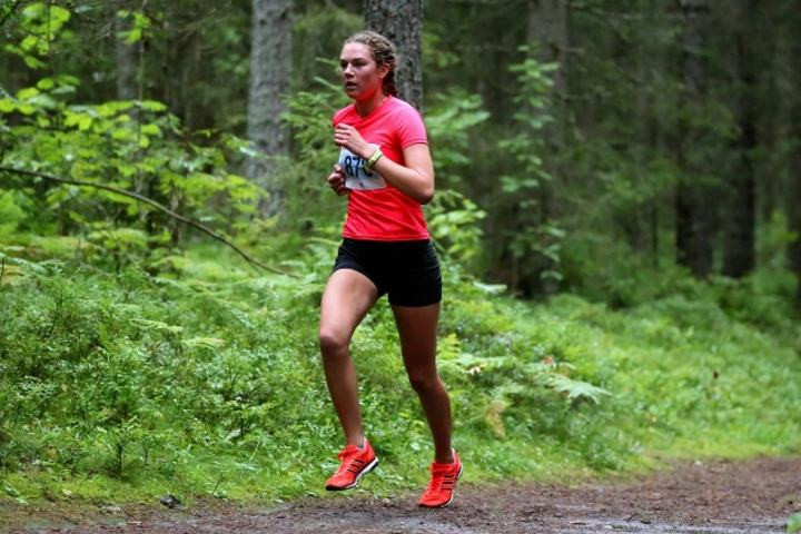 Karoline Næss løper inn til klar seier i kvinnenes 4,7 km lange terrengløype (foto: Bjørn Hytjanstorp).