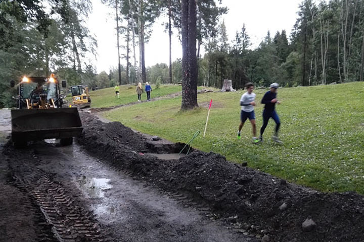 Denne onsdagen var kabelgravinga virkelig i gang på Sognsvann rett før Volleyballbanen.