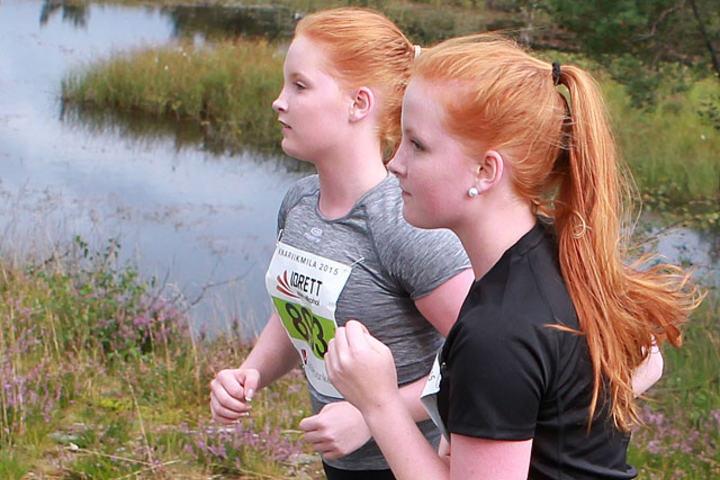Ladies in red: Vi gjør neppe mye feil når vi gjetter at Mia og Marte Solheim fra Radøy Ungdomsskule er tvillinger, - to av 1630 som fullførte fredagens Ungdomsløp i Knarvik. (Foto: Kjell Vigestad)