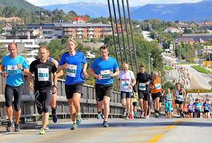 424 løp Fjord-Norge Halvmaraton i Knarvik. (Foto: Jørgen Pettersen)