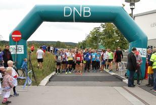 Startfeltet 10 km i fjorårets Lørenskogløpet (foto: Olav Engen).