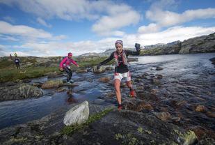 Elisabeth Borgersen og Annine Ristebraaten forserer et av de spektakulære partiene i Hardangervidda Marathon. (Foto: Kai-Otto Melau)