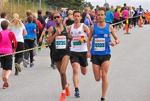 10 km: Ledertrioen møter middelsløperne på vei ut fra start mens de er kommet litt lengre ut i løpet. (Foto: Jørgen Pettersen)