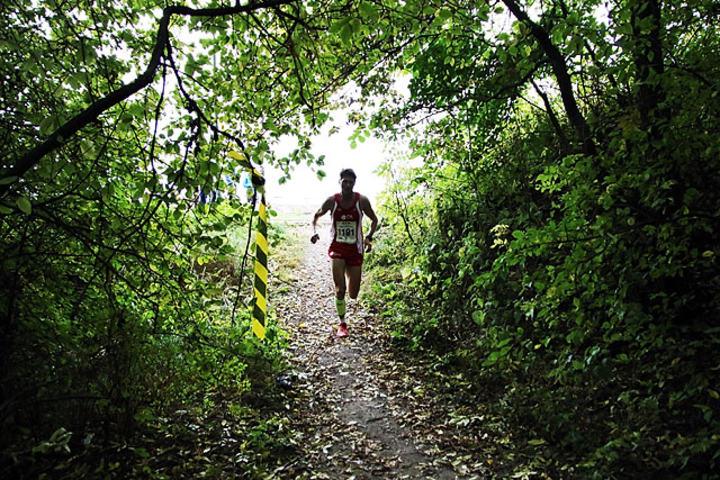 Med en snau halv kilometer igjen løper løperne inn i bunnen av Bekkedalen. Deretter får du en knallhard stigning mot toppen av dalen før det bærer utfor i skikkelig byks. Både stigning og utforløping innbyr til at spesialister kan ta igjen mye her.