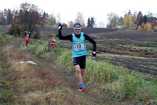 Petter Myhr doblet og vant begge stafettene i fjorårets HA løsfestival. Her jubler han for seier med Vallsets lag i ungdomsstafetten.