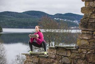 Kristin Granum Rosebø utfører Sumo-knebøy (foto: Erlend Haugen).