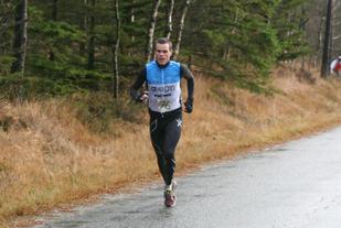 Andreas Penne Nygård løper inn til seier i gårsdagens duathlon. Foto: Kjetil Torgersen.