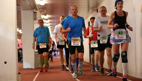 Starten på 24- og 48-timers gikk klokken 10:00 fredag med 154 løpere på startstreken. Her er løperne godt spredd rundt den 546 meter lange banen under Bisletts tribuner (foto: Bjørn Hytjanstorp).