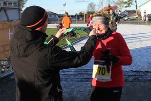 Lise Lithun i mål i fjorårets Karmøy Maraton. Hun er klar for den fjerde utgaven av Karmøy i morgen.
