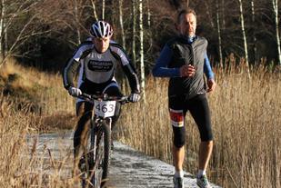 Jan Arne Rogstad(sykkel) passerer Ståle Svalestad under Horve duathlon. Foto: Lise Bentsen.