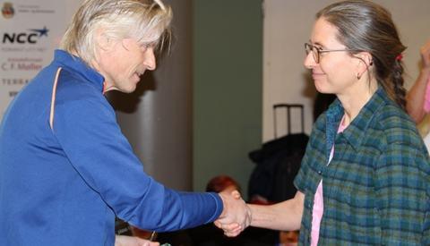 Trond Sjåvik mottar seierspremien av Sharon Brodwell (foto: Olav Engen)