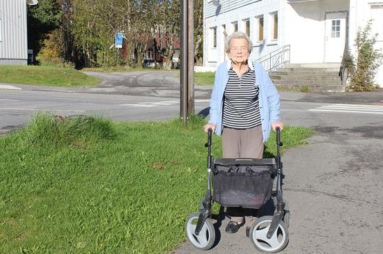 Eldre kvinne med gåstol