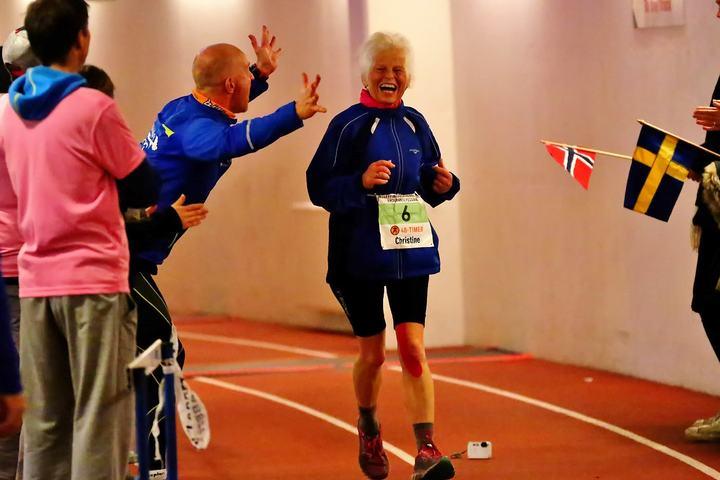 Speaker Stig Andy Kvalheim heier på Christine Schröder i innspurten av Bislett 48-timers, foto: Bjørn Hytjanstorp