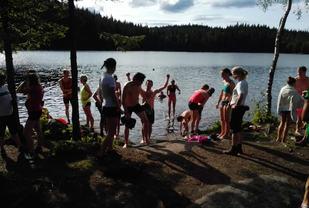 Når en skal trene opp grunnformen kan det være kjekt å utnytte treningstida til å kombinere med sosialt samvær og andre uteaktiviteter. Her fra bading etter løping til Fagervann.