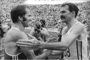 Australske Robert de Castella (til høyre) tok blant annet VM-gull på maraton i 1983 og hadde verdensrekorden på maraton fra 1981 til 1984 med tiden 2.08.18. (Foto: wikipedia/Rainer Mittelstädt)