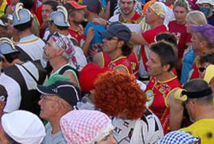 Fargerikt startfelt i Medoc Maraton. Foto: Arrangøren